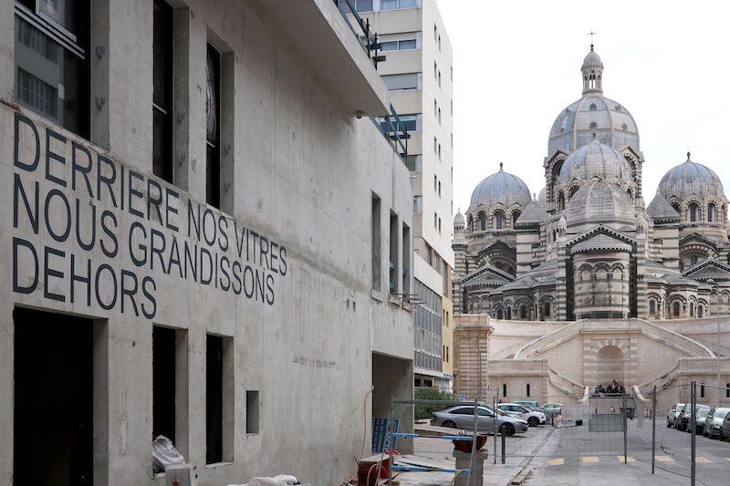 DERRIERE NOS VITRES NOUS GRANDISSONS DEHORS, Laurent Lacotte, 2021, inscription peinture acrylique sur béton, Vue-major