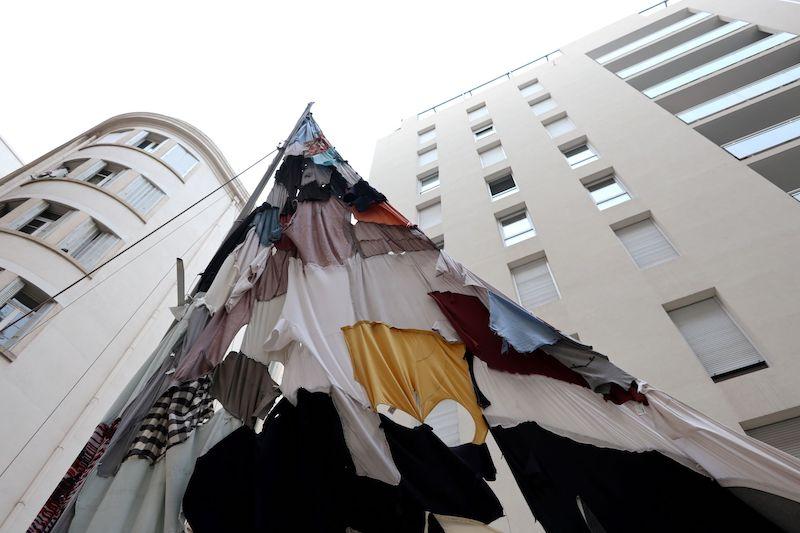 J'AI TRAVERSE DES OCEANS D'ETERNITE POUR VOUS TROUVER, 2021, Laurent Lacotte, installation dans la cour de Urban Gallery, vêtements découpés et assemblés, dériveur, métal, cordes