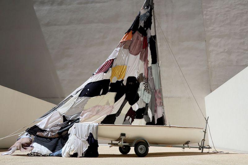 J'AI TRAVERSE DES OCEANS D'ETERNITE POUR VOUS TROUVER, 2021, Laurent Lacotte, installation, vêtements découpés et assemblés, dériveur, métal, cordes