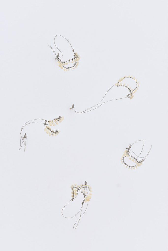 Clément Erhardy, Accords perdus, 2021, dents en plastique, fil de fer, plomb, 20 x 30 x 50 cm. © Romain Landi
