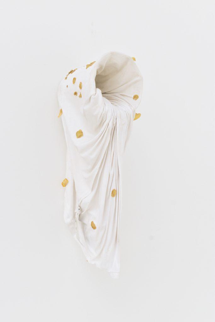 Gabriel Day, Sans-titre (chieur de ducats), 2020, vase, t-shirt, Kellogg_s, 45x 22 x 20 cm. © Romain Landi