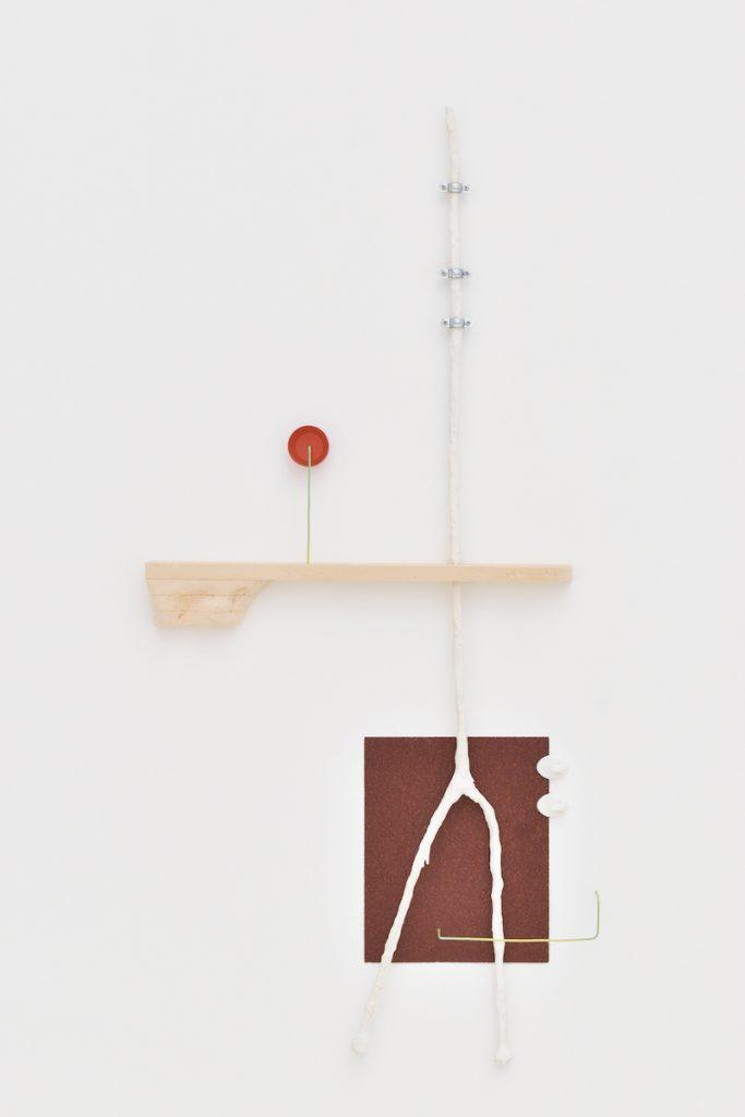 Romain Landi, U+23F8, 2021, papier de verre grain 40, crochets, écouteurs recouverts de plâtre, bouchon, fil électrique, polystyrène extrudé, 117 x 53 x 5 cm