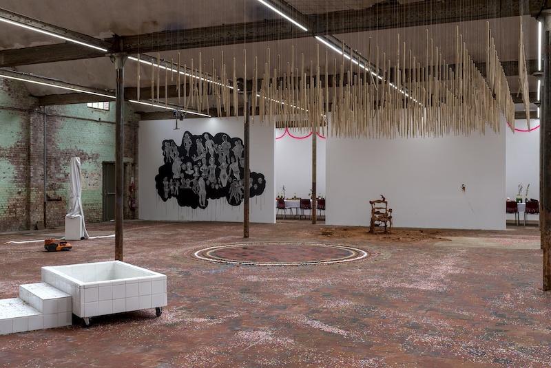 """Vue de l'exposition collective """"Just married"""" au SHED, 2021. © Marc Domage"""