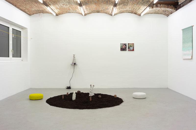 Exposition collective Le Bonheur Commissariat Livia Parmantier (@liviaparm) à Interface Berlin