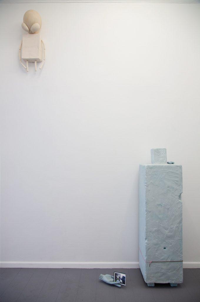 De gauche à droite : 3 - Arthur Delhaye, Alien domestique, résine acrylique, bre de verre, 70x45x30 cm, 2021 4 - Arthur Delhaye, Saucisses et nostalgie, résine acrylique sur polystyrène, pigments, carte postale, 55x50x150 cm, 2021