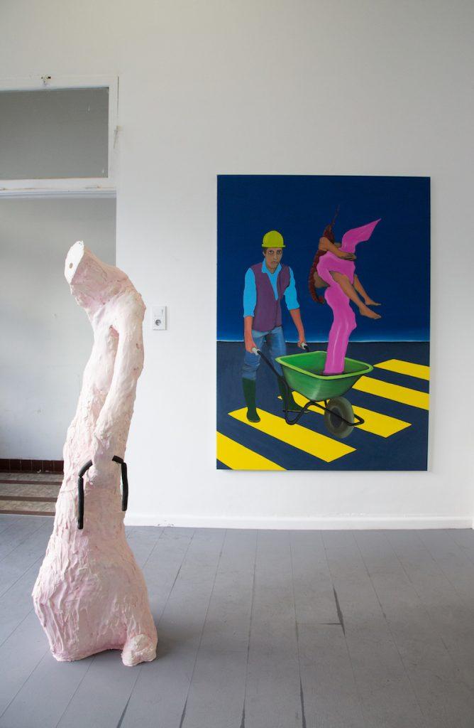 De gauche à droite : 1 - Arthur Delhaye, Tuyau, plâtre, silicone, pigments, tuyau, 50x50x150 cm, 2021 2 - Diego Wery, Le porteur de brouette, huile sur toile, 130x180 cm, 2021