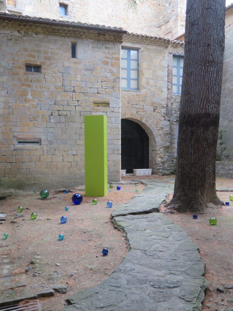 Le Monolithe et les perles de verre.Création originale : Philippe Chitarrini, scénographie : Éric Michel