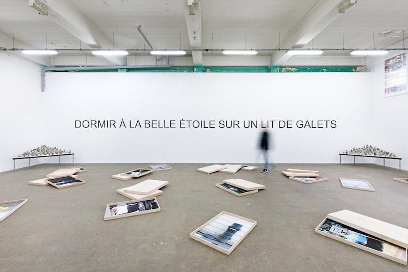 Vue de l'exposition: Laurent Lacotte «Dormir à la Belle étoile sur un lit de galets» photo © Salim Santa Lucia
