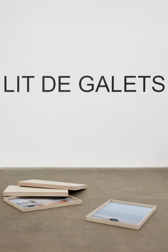 Vue de l'exposition: Laurent Lacotte «Dormir à la Belle étoile sur un lit de galets» (détail) photo © Léa Mercier