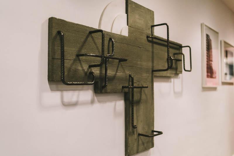 Wilfrid Almendra, Killed in action (CSH #, Whithey R. Smith), 2009,  Acier, fer à béton, téflon, ciment, 107x105x19,  Collectif du Fonds d'art contemporain – Paris Collections, Courtesy de l'artiste Crédit photo : Mahery Samiharilala