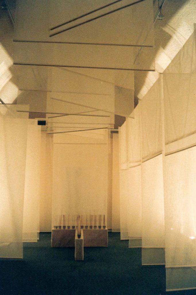 Sanglan Kim, Le temps de prière 1999. Installation_Anciens Réservoirs, Limay