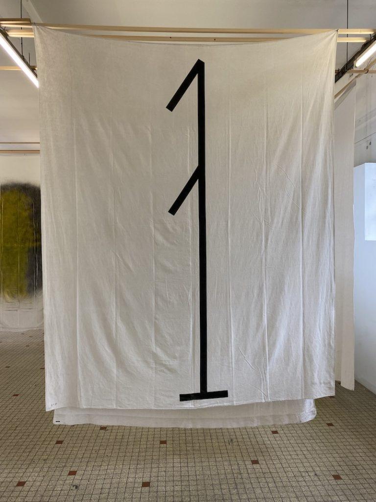 Michel Dector, C.L., 2020, peinture aérosol sur drap ancien 208 X 250 cm
