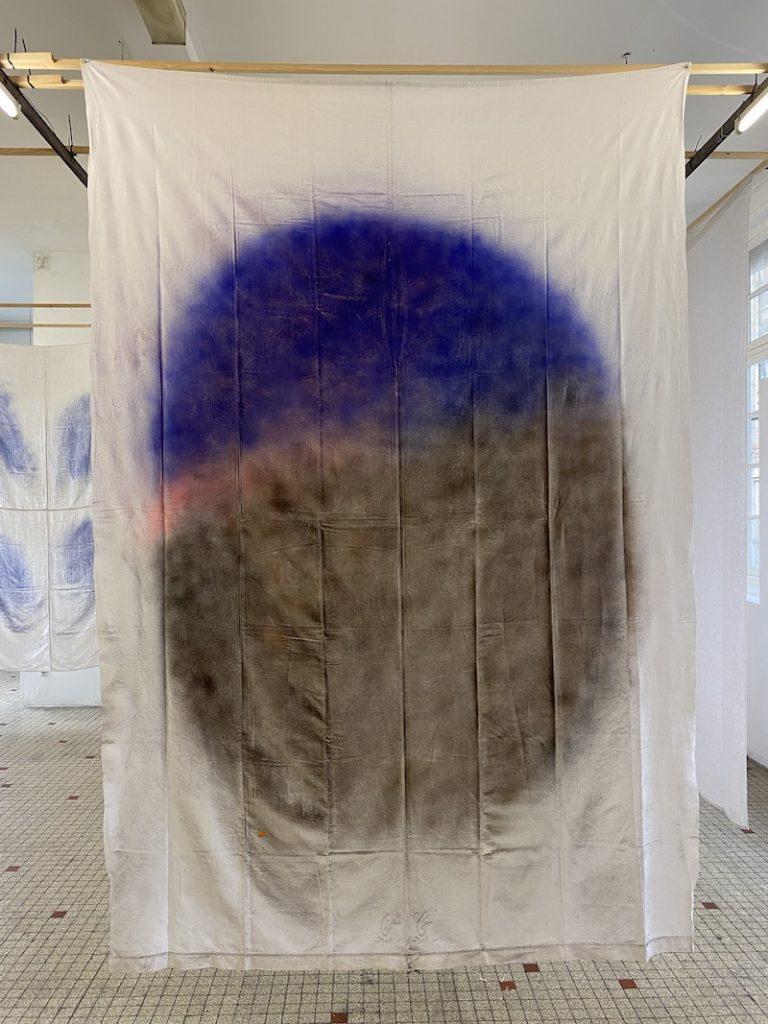 Michel Dector, O.C., 2021, peinture aérosol sur drap ancien 190 X 280 cm